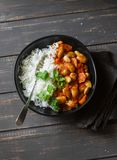 米用在西红柿酱在黑暗的背景,顶视图的被炖的利马豆 素食食物 免版税图库摄影