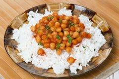米用在西红柿酱的鸡豆在板材 库存图片