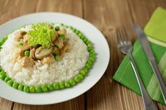 米用猪肉、蘑菇、豌豆和调味汁 免版税库存照片