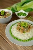 米用猪肉、蘑菇、豌豆和调味汁 免版税库存图片