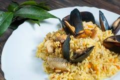 米用肉、菜和淡菜在一个老桌特写镜头 库存图片