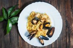 米用肉、菜和淡菜在一个老桌特写镜头 免版税图库摄影