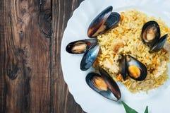 米用肉、菜和淡菜在一个老桌特写镜头 免版税库存图片