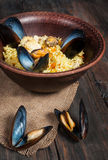米用肉、菜和淡菜在一个老桌特写镜头 免版税库存照片