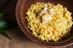 米用肉和菜在一个老桌特写镜头 库存照片