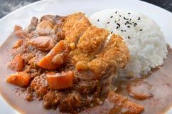 米用被油炸的猪肉和咖喱 库存图片