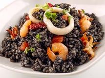 黑米盘用在碗的新鲜的海鲜 免版税图库摄影