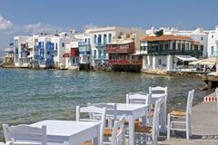 米科诺斯岛一点威尼斯和椅子和表 免版税库存照片