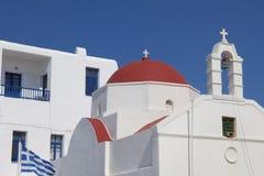 米科诺斯岛教堂和响铃屋顶 免版税库存图片