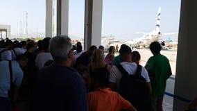 """米科诺斯岛机场(JMK)希腊†""""夏天2015年 等待被延迟的飞行的乘客外面上 股票录像"""
