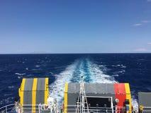 从米科诺斯岛的小船向蒂诺斯岛 库存照片