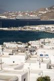 米科诺斯岛镇港口和`新的`巡航终端希腊 库存图片