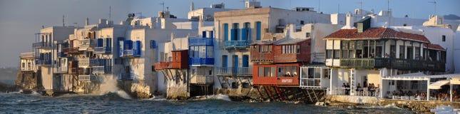 米科诺斯岛镇著名江边咖啡馆和房子全景  库存照片