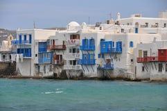 米科诺斯岛镇著名江边咖啡馆和房子看法  免版税库存照片