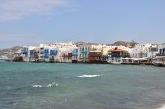 米科诺斯岛镇著名江边咖啡馆和房子看法  免版税图库摄影
