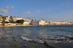 米科诺斯岛镇,希腊海湾日落的 免版税库存照片