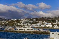 米科诺斯岛,希腊停泊了船反对希腊海岛风景背景 免版税库存照片