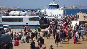 米科诺斯岛,希腊- 2015年7月31日:旧港口的旅客 免版税库存照片