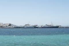 米科诺斯岛,希腊- 2016年8月14日:从米科诺斯岛巡航到提洛岛的船 免版税库存照片