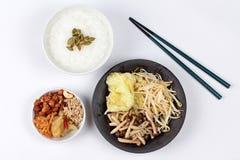 米稀饭和油煎的混杂的菜服务了配菜 免版税库存照片