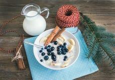 米粥用牛奶、cinamon、香蕉和蓝莓与Chri 免版税库存照片