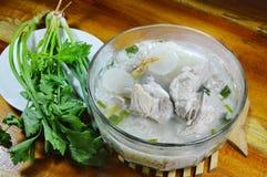 米粥用猪肉骨头热的汤和新鲜蔬菜 图库摄影