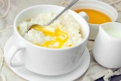 米粥用甜黄油、果酱和咖啡 图库摄影