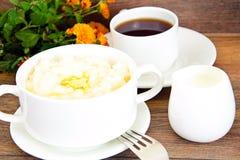 米粥用甜黄油、果酱和咖啡 库存图片