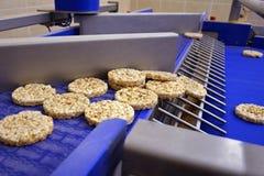 米糕喘气了纹理 有用的整个五谷挤压机薄脆饼干的生产的传动机自动线 免版税图库摄影