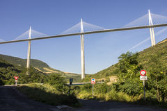 米约高架桥,在米约附近跨过河塔恩省谷在南法国的一座缆绳被停留的桥梁 它是talles 图库摄影