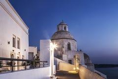 贴水米纳斯教会在晚上在Fira,圣托里尼 免版税库存照片