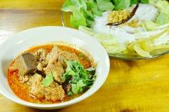 米线和新鲜蔬菜与辣剁猪肉和骨头红色棉花树调味 免版税库存照片