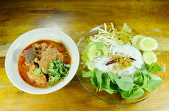 米线和新鲜蔬菜与辣剁碎的猪肉和骨头红色棉花树调味 图库摄影