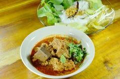 米线和新鲜蔬菜与辣剁碎的猪肉和骨头红色棉花树调味 免版税库存图片