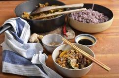 黑米线和混乱油煎了在一个碗的菜,用大豆 库存图片