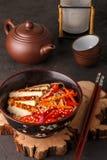 米线温暖的沙拉与新鲜蔬菜的 免版税库存图片