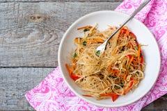 米线用菜混乱油炸物 免版税库存照片