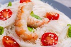 米线用西红柿、皇家虾和新绿色 户内 特写镜头 库存图片