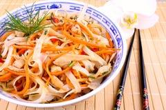 米线用鸡肉、筷子和兰花 库存图片