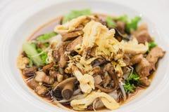 米线绉纱用虾,猪肉,菜和煎蛋 库存照片