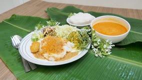 米细面条用鱼咖喱汁和菜泰国食物se 库存照片