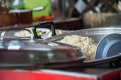 米蒸了用鸡汤在街道食物 免版税库存照片