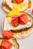 米薄脆饼干意大利开胃菜冠上了用被烘烤的鸡蛋 免版税图库摄影