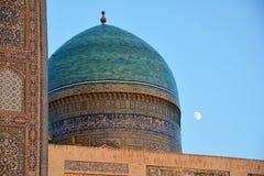 米里阿拉伯madrasah圆屋顶在布哈拉 库存图片