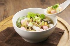 米饭团和蘑菇特别汤在白色板材在木 免版税库存图片