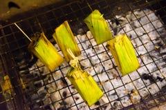 黏米饭格栅在市场泰国上 免版税库存图片