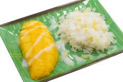 黏米饭用在白色背景的成熟芒果 免版税库存图片