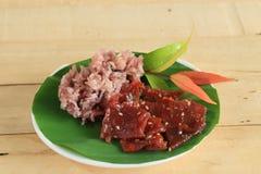 黑黏米饭用油煎的切的猪肉和炸鸡混合了大蒜,芝麻,黑胡椒 免版税库存照片