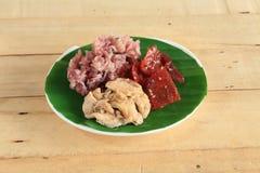 黑黏米饭用油煎的切的猪肉和炸鸡混合了大蒜,芝麻,黑胡椒 库存图片