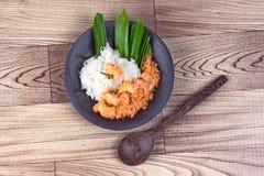 黏米饭用混乱油煎的被磨碎的椰子,虾 免版税库存图片
